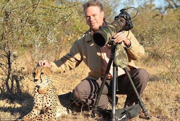Photographer Chris Du Plessis and Mtombi the Cheetah